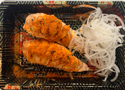 Foto Flamed spicy sake nigiri
